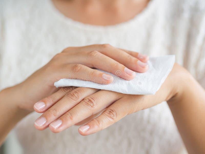 Vrouw die haar handen met een weefsel schoonmaken Gezondheidszorg en medisch c royalty-vrije stock foto