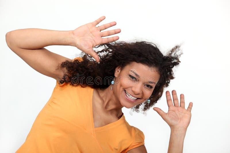 Vrouw die haar handen omhoog houden stock foto