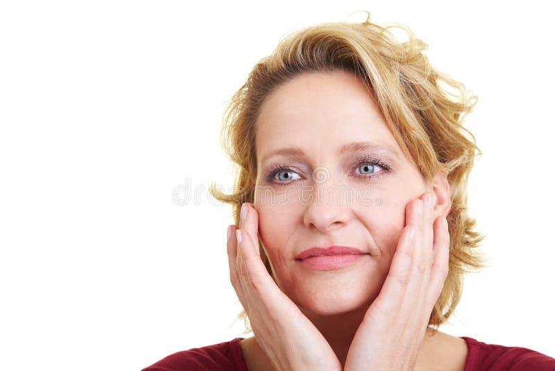Vrouw die haar huid streelt stock foto