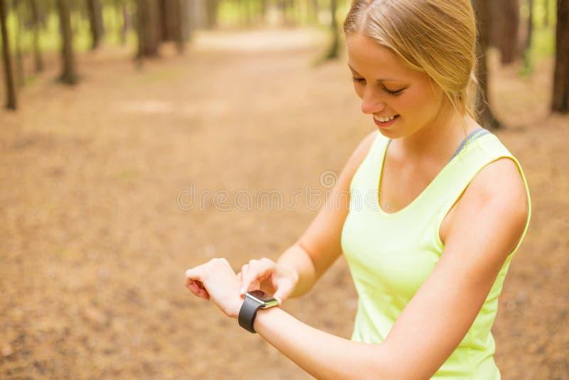 Vrouw die haar impuls op smartwatch controleren royalty-vrije stock fotografie