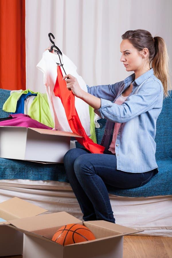 Vrouw die haar kleren inpakken stock foto