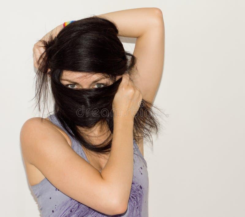 Vrouw die haar lang haar verpakken rond haar gezicht royalty-vrije stock foto