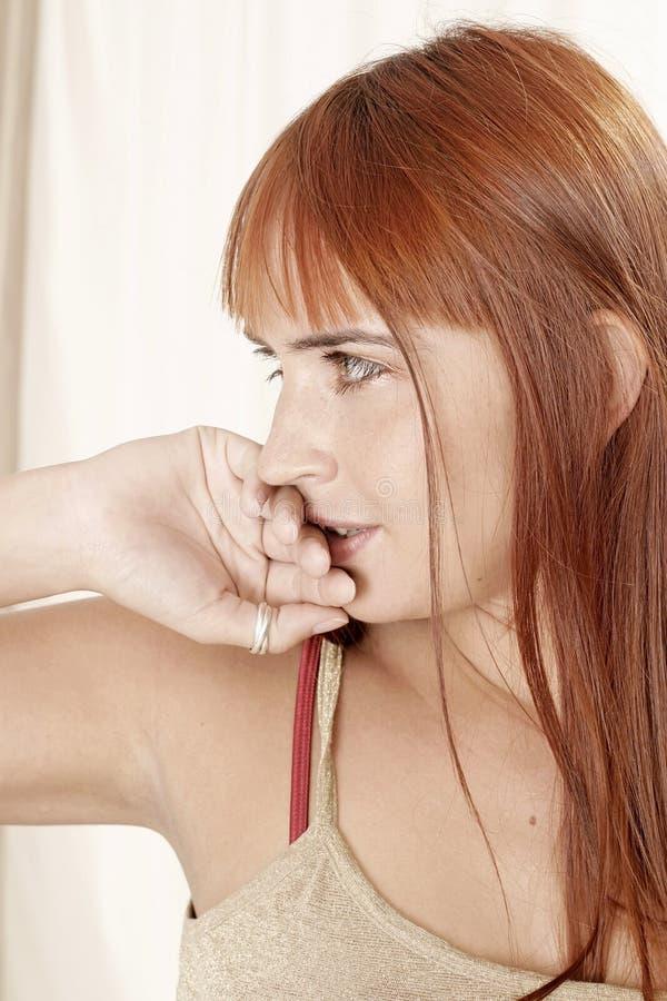 Vrouw die haar lippen behandelt royalty-vrije stock afbeelding