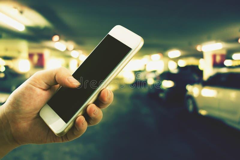 Vrouw die haar mobiele telefoon met behulp van die de mechanische dienst gebroken roepen royalty-vrije stock foto