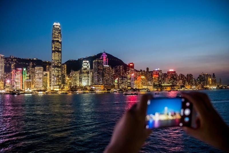 Vrouw die haar Mobiele Telefoon met behulp van om foto van stadsmening te nemen stock fotografie