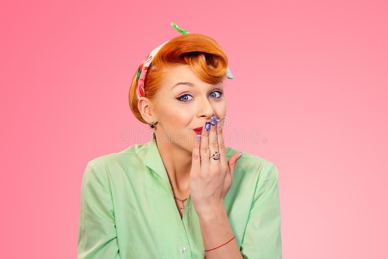 Vrouw die haar mond behandelen in maakte ik een fout, omg tekengebaar royalty-vrije stock fotografie