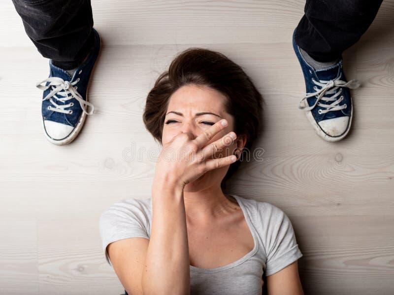 Vrouw die haar neus houden tegen de geur van voeten royalty-vrije stock afbeelding