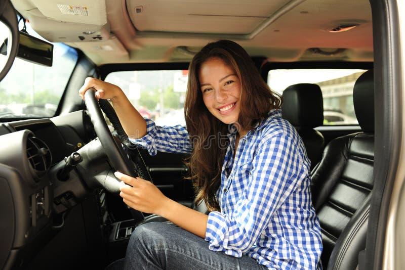 Vrouw die haar nieuwe kogelvrije vrachtwagen drijft royalty-vrije stock afbeelding