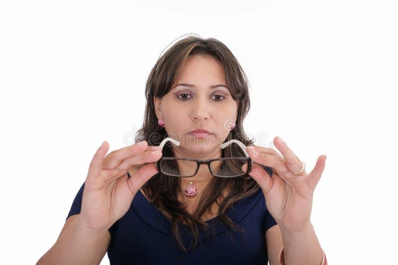 Vrouw die haar nieuwe lenzen testen royalty-vrije stock afbeelding