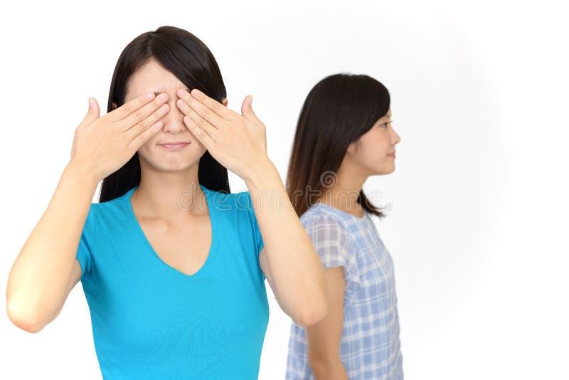Vrouw die haar ogen behandelen royalty-vrije stock foto
