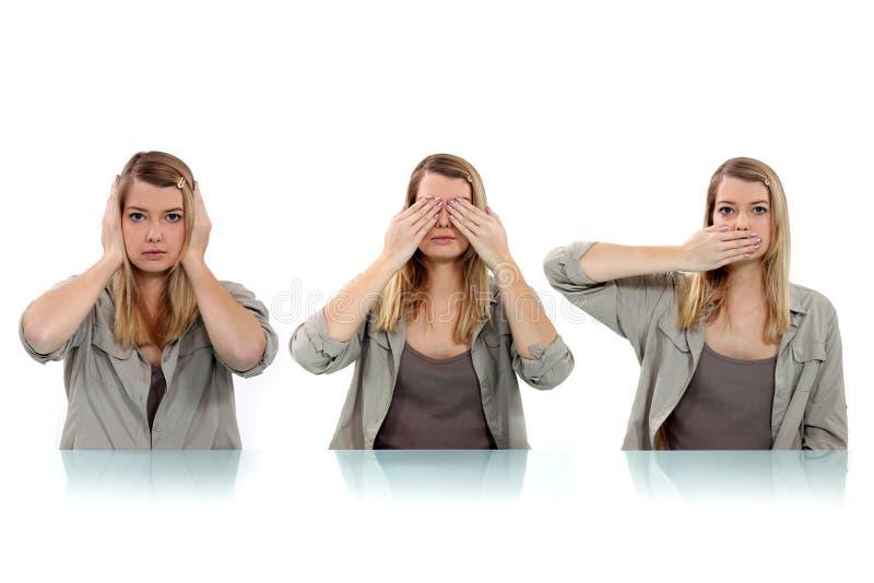 Vrouw die haar ogen behandelen stock fotografie