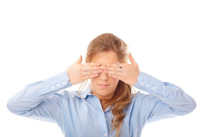 Vrouw die haar ogen behandelt met haar handen stock foto