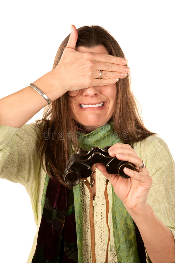 Vrouw die haar ogen na het gebruiken van verrekijkers behandelt stock foto's