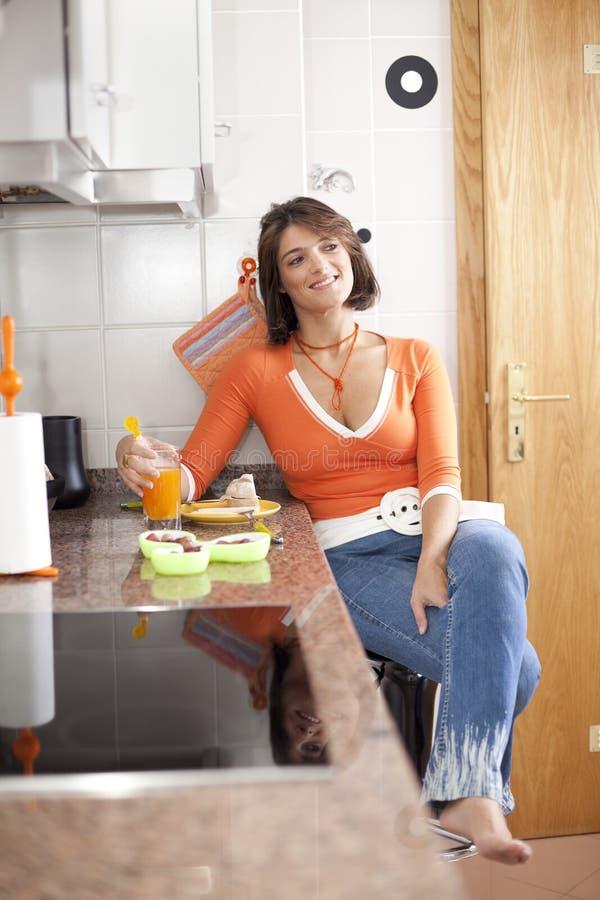 Vrouw die haar ontbijt eet stock foto's