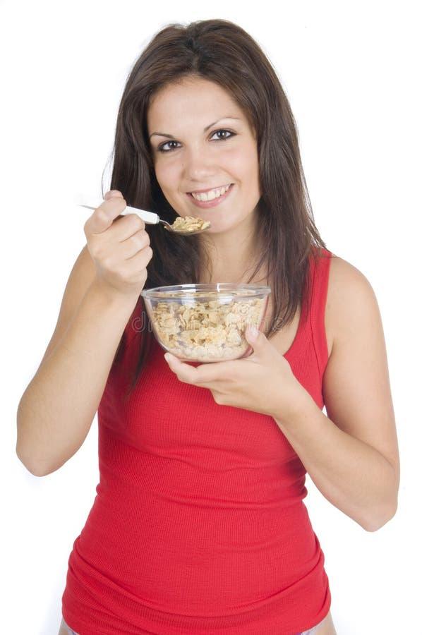 Vrouw die haar ontbijtvlokken eet royalty-vrije stock foto