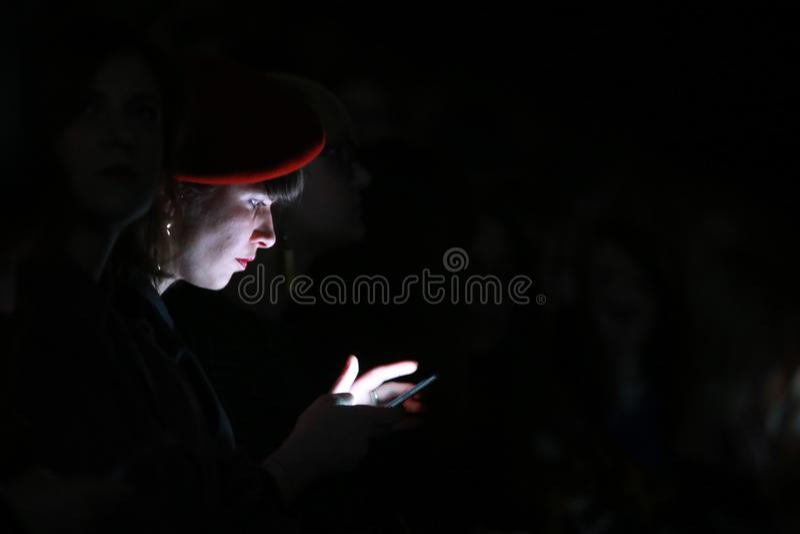 Vrouw die haar smartphone bekijken stock afbeeldingen