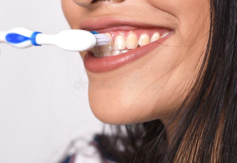Download Vrouw Die Haar Tanden Borstelt Stock Afbeelding - Afbeelding bestaande uit achtergrond, meisje: 114225629