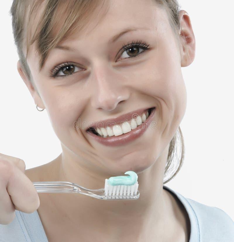 Vrouw die haar tanden borstelt stock foto's