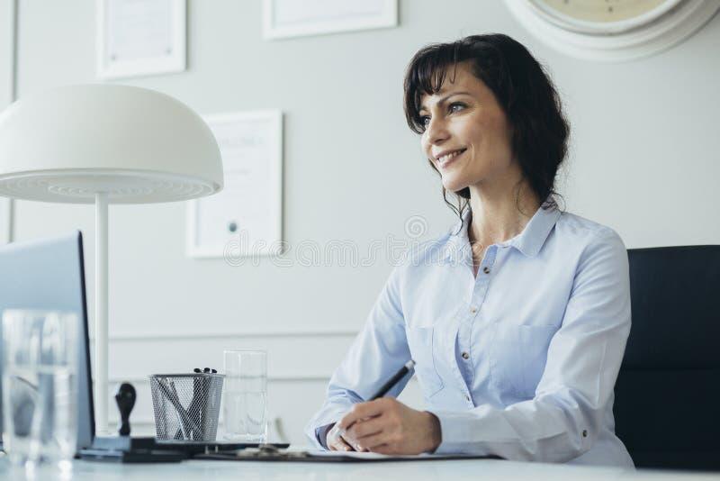 Vrouw die haar vrije tijd met familie plannen royalty-vrije stock afbeeldingen