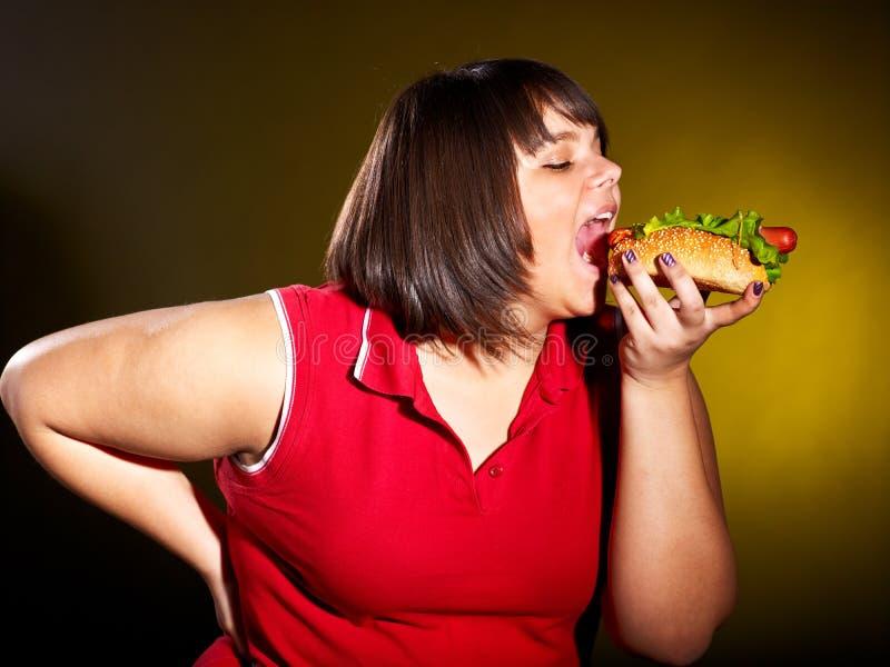 Vrouw die hamburger eet. stock foto's