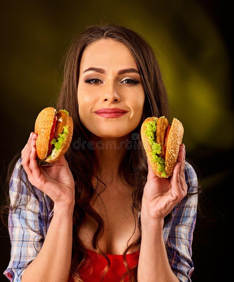 Vrouw die Hamburger eet Meisjesbeet van zeer grote hamburger royalty-vrije stock afbeelding