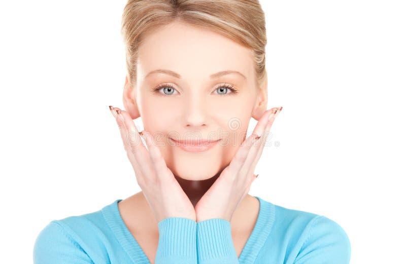 Vrouw die handen met opgepoetste spijkers tonen stock foto