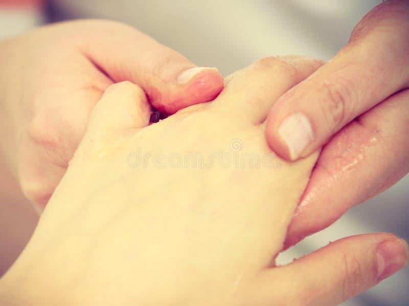 Vrouw die handmassage krijgen bij schoonheidssalon stock afbeelding