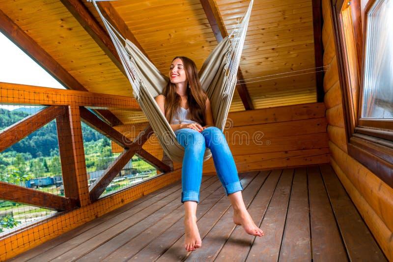 Vrouw die in hangmat rust stock foto