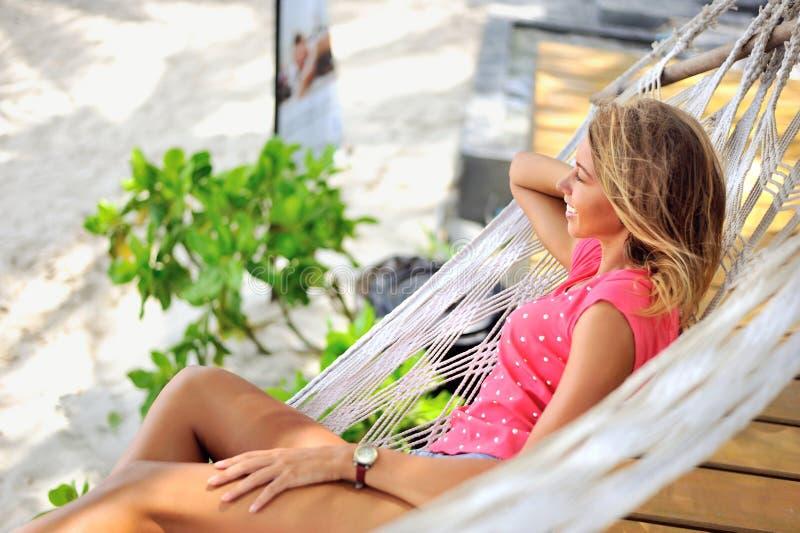 Vrouw die in hangmat van vakanties genieten royalty-vrije stock foto's