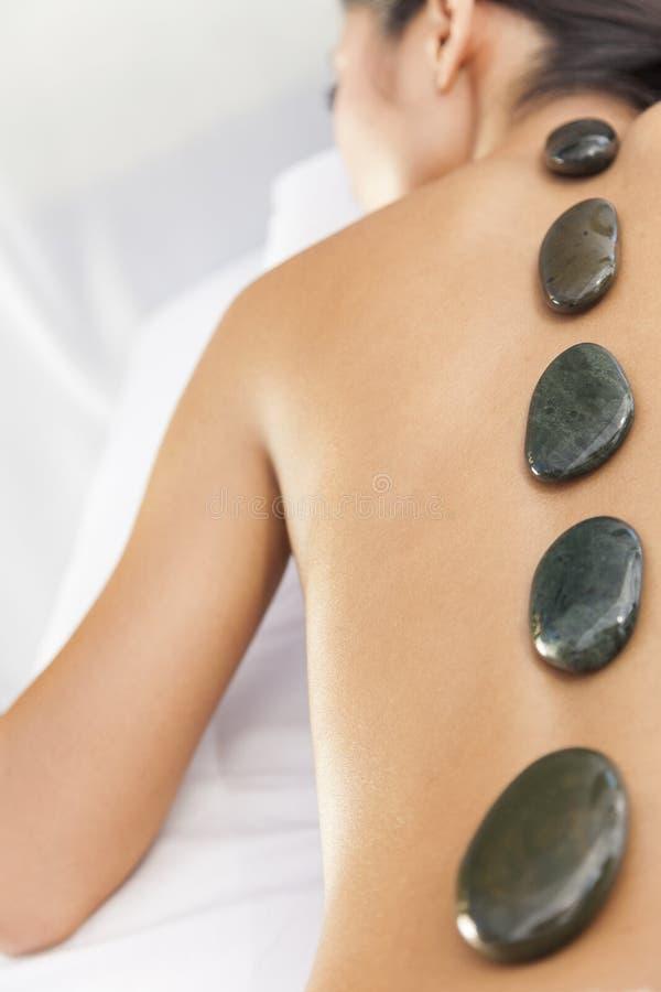 Vrouw die Health Spa de Hete Massage van de Behandeling van de Steen ontspannen royalty-vrije stock afbeeldingen