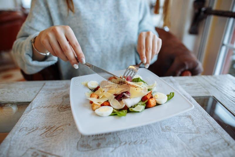 Vrouw die heerlijke Caesar-salade eten royalty-vrije stock afbeelding