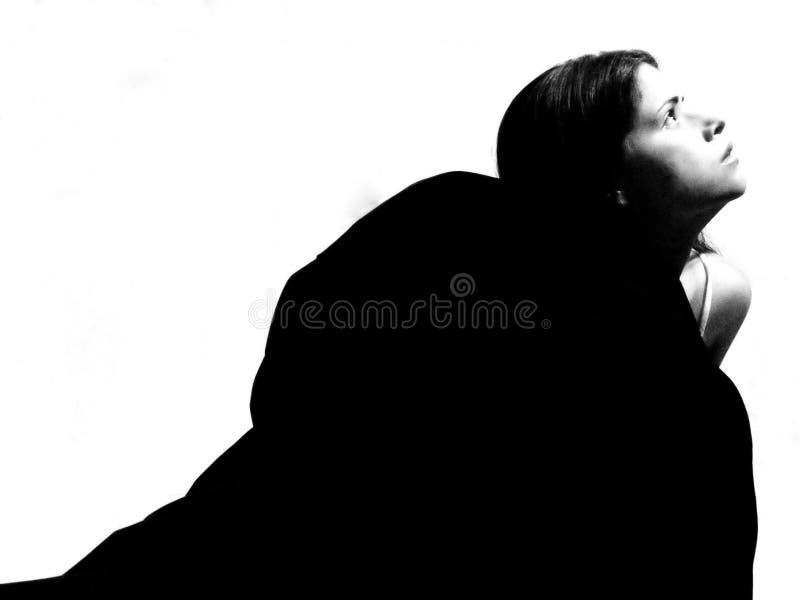 Vrouw die in helder licht omhoog met hoop kijkt royalty-vrije stock afbeelding