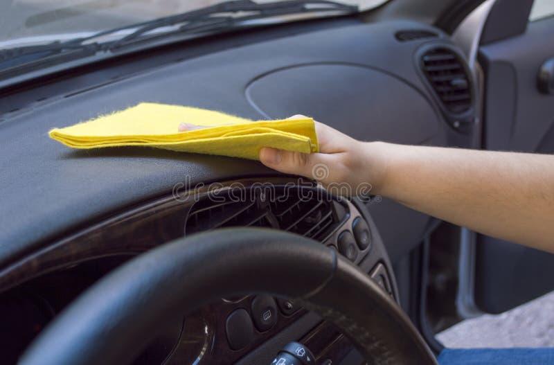 Vrouw die het autobinnenland schoonmaken stock foto