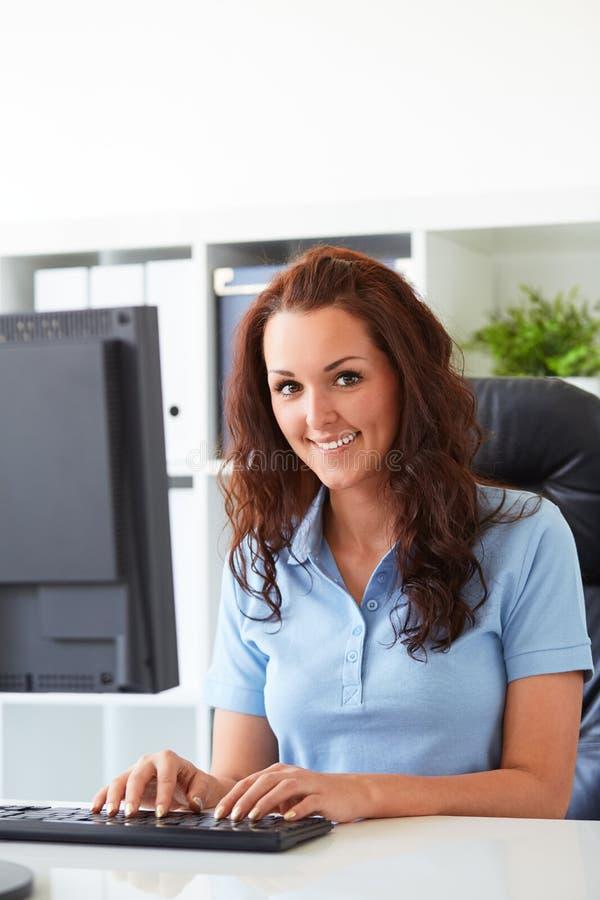 Vrouw die in het bureau werken stock foto's