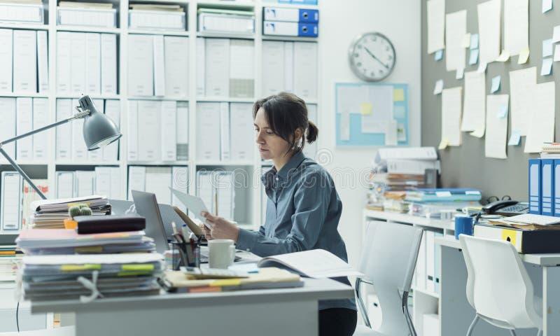 Vrouw die in het bureau werken stock fotografie