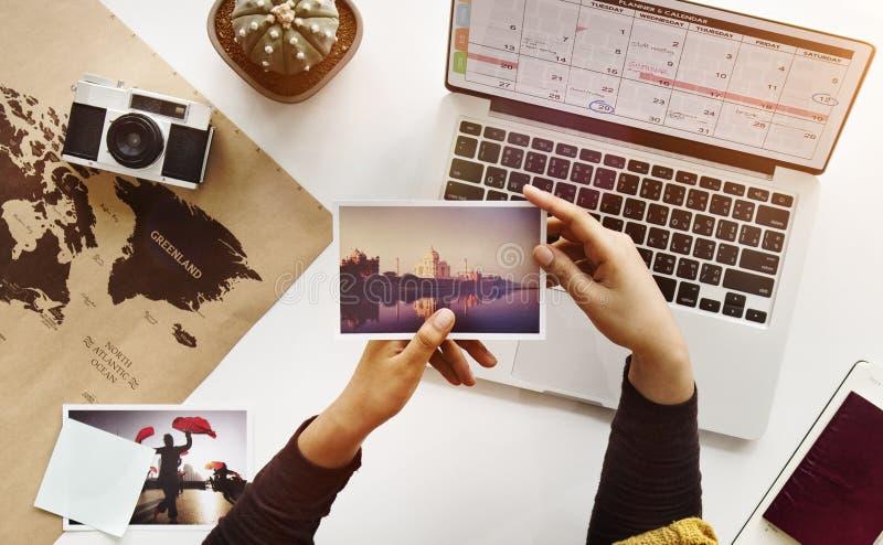 Vrouw die het Concept van de de Reiskaart van Foto'shanden kijken royalty-vrije stock afbeelding