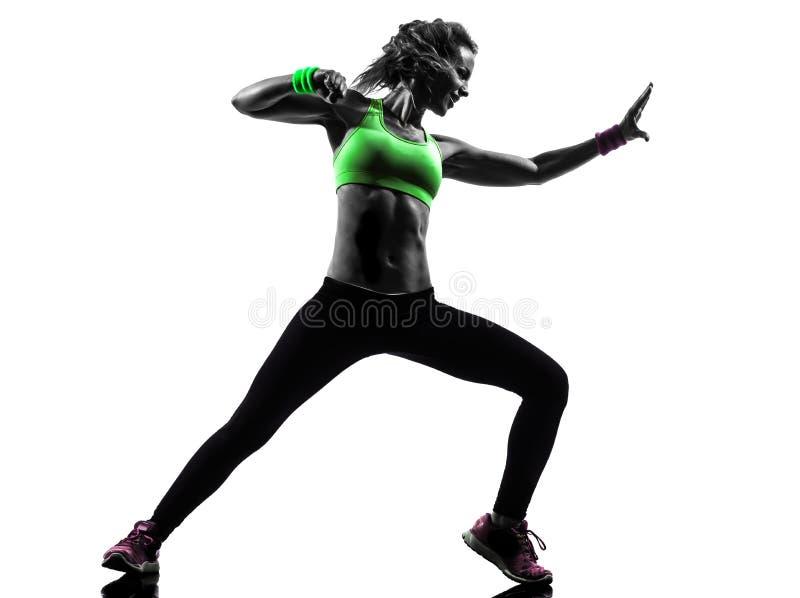 Vrouw die het dansende silhouet van geschiktheidszumba uitoefenen stock fotografie