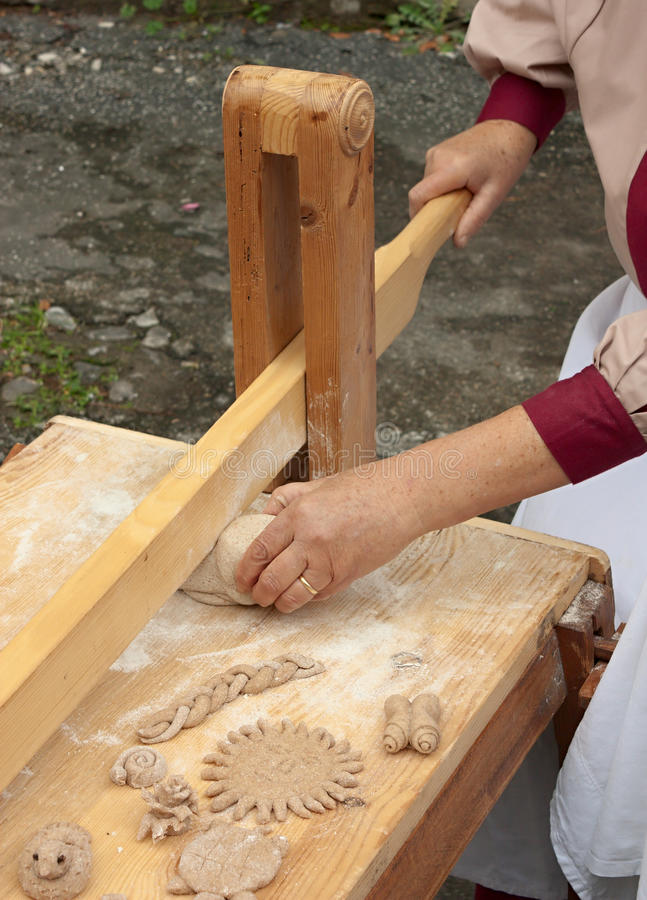 Vrouw die het deeg voor brood maakt stock foto