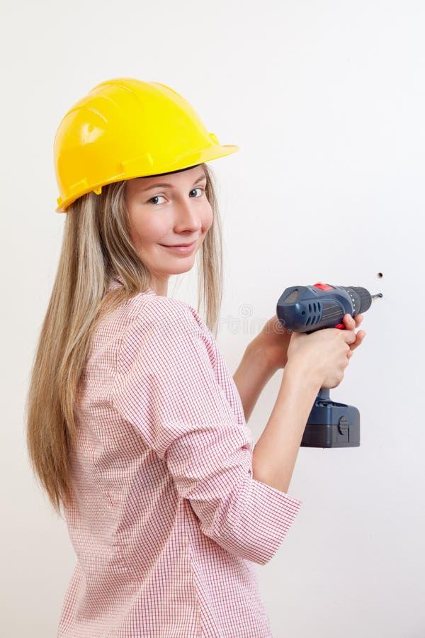 Vrouw die het DIY-werk doen en beschermende helm dragen royalty-vrije stock afbeelding