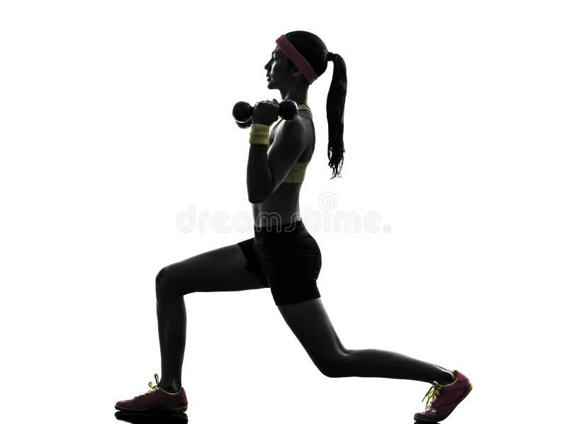 Vrouw die het gewichtheffensilhouet uitoefenen van de geschiktheidstraining stock fotografie