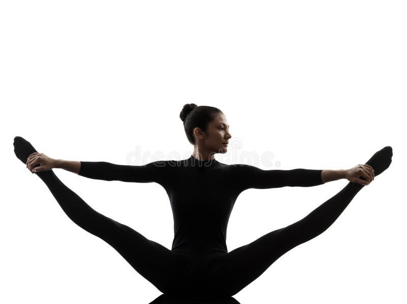 Vrouw die het gymnastiek- yoga uitrekken zich gespleten silhouet uitoefenen royalty-vrije stock afbeeldingen