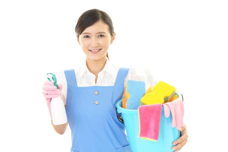 Vrouw die het huis schoonmaken royalty-vrije stock afbeeldingen