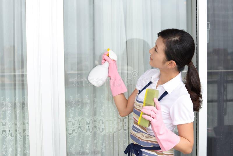 Vrouw die het huis schoonmaken stock afbeelding