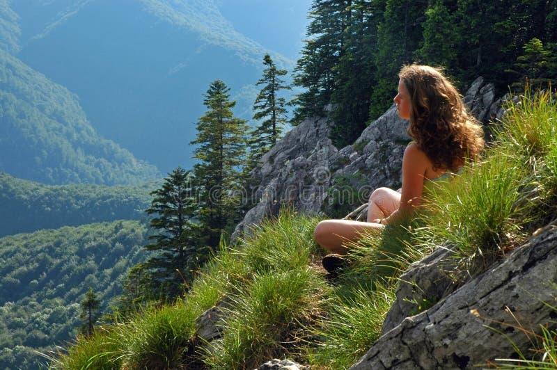 Vrouw die het landschap bewonderen stock afbeelding