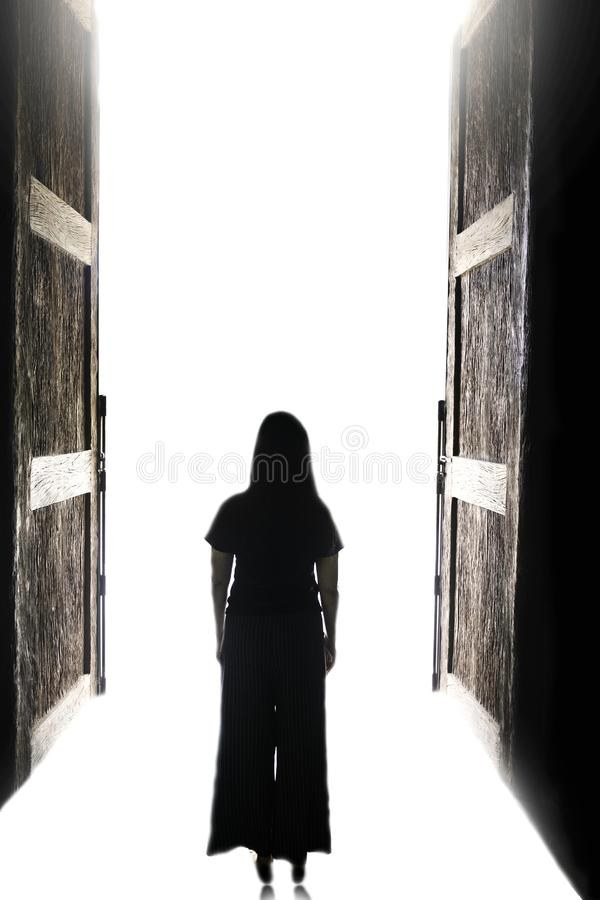 Vrouw die in het licht door open grote deur lopen royalty-vrije stock foto