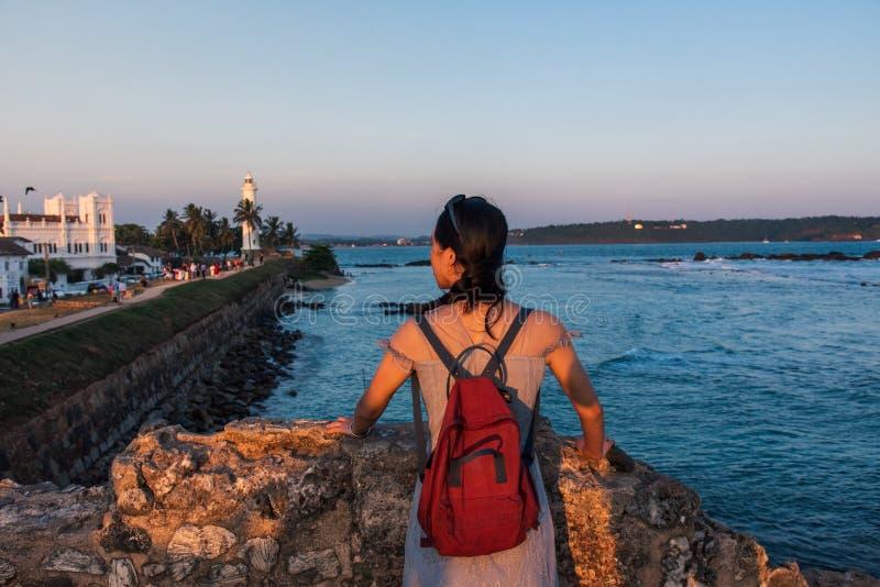 Vrouw die het Nederlandse Fort van Galle in Sri Lanka bezoeken stock foto's