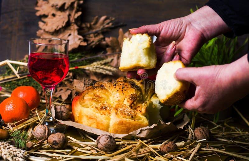 Vrouw die het Orthodoxe brood van de Kerstmisvooravond verdelen royalty-vrije stock foto's