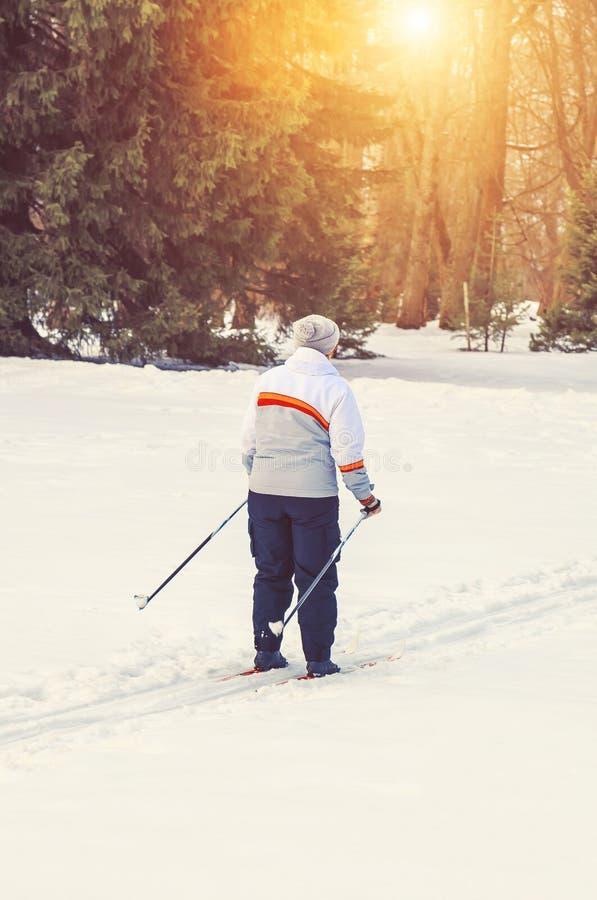 Vrouw die in het park in de middag ski?en stock fotografie