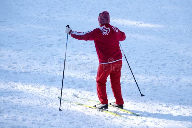 Vrouw die in het park in het middagclose-up ski?en stock afbeelding