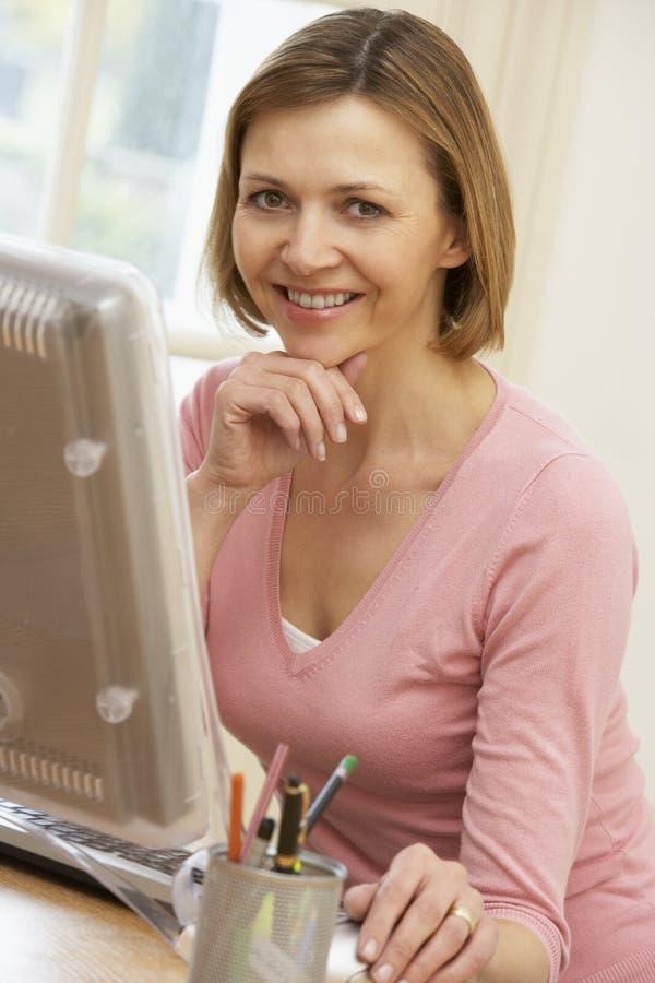 Vrouw die het Scherm van de Computer bekijkt stock fotografie